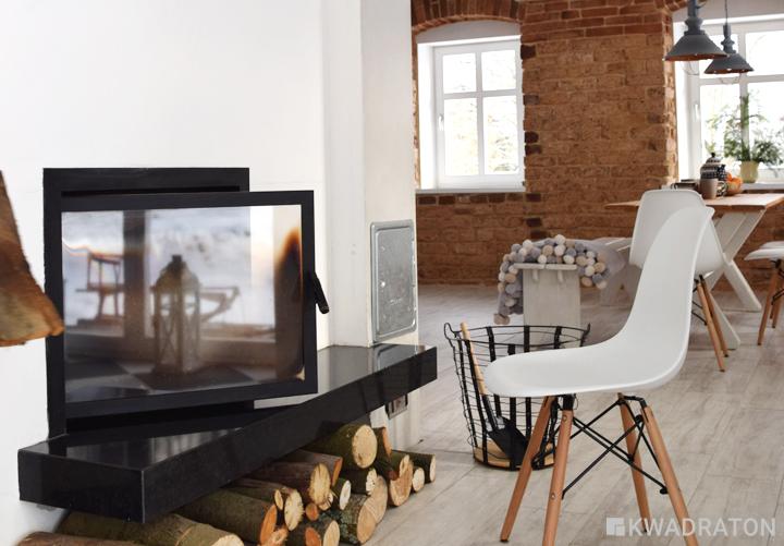 Jadalnia i kuchnia w starej części domu. Specjalnie dobrany wkład kominkowy jest w stanie ogrzać cały dom, ciepło z kominka rozprowadzone zostało również do pokoi na górze.