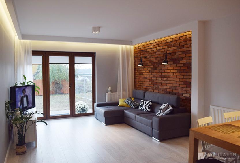 kwadraton-wnetrze-styl-loftowy-salon-sciana-z-cegly-w-zabudowie